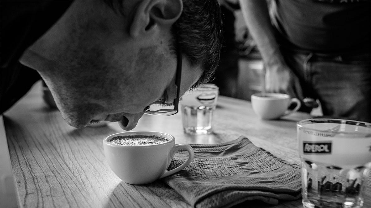 Barista riecht am Kaffee