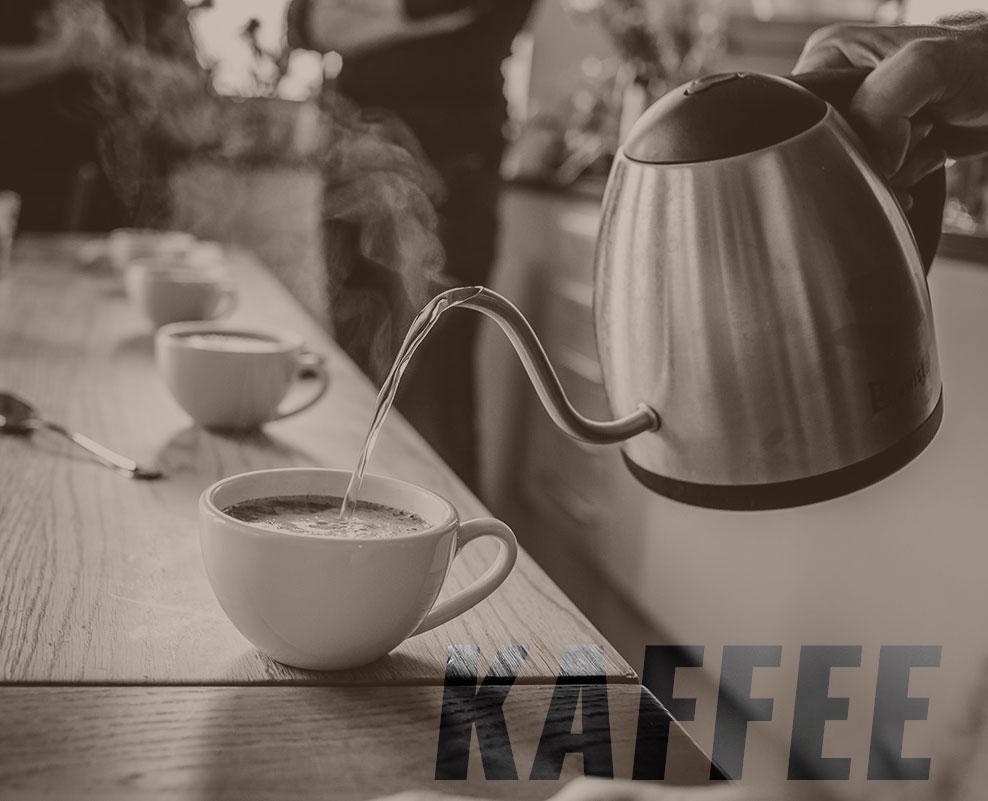 Tisch mit Kaffeetassen und Wasserkanne