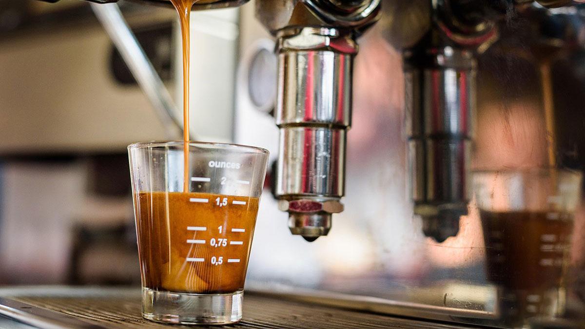 Espresso läuft in Tasse